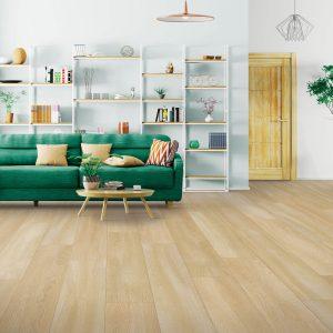 Green sofa on laminate floor | Color Interiors